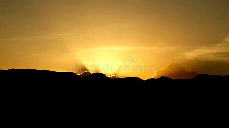 Χρυσό unset πίσω από τα βουνά του sanaa στοκ φωτογραφία
