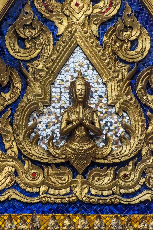 Χρυσό Yaksha μπροστά από τα ασημένια και μπλε κεραμίδια καθρεφτών στοκ εικόνα με δικαίωμα ελεύθερης χρήσης