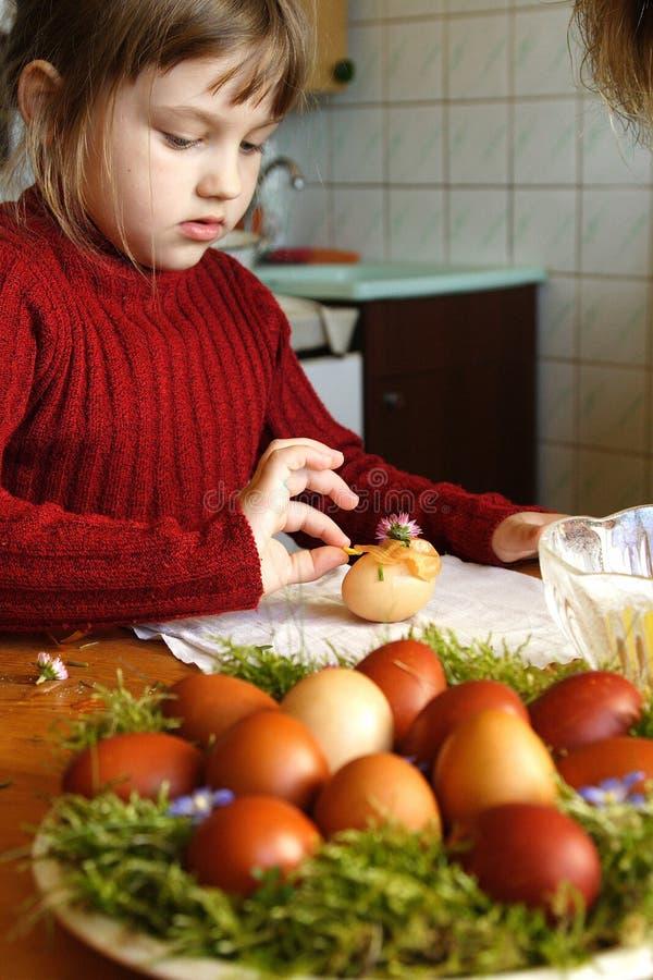 χρωματίζοντας αυγά Πάσχας στοκ εικόνα με δικαίωμα ελεύθερης χρήσης