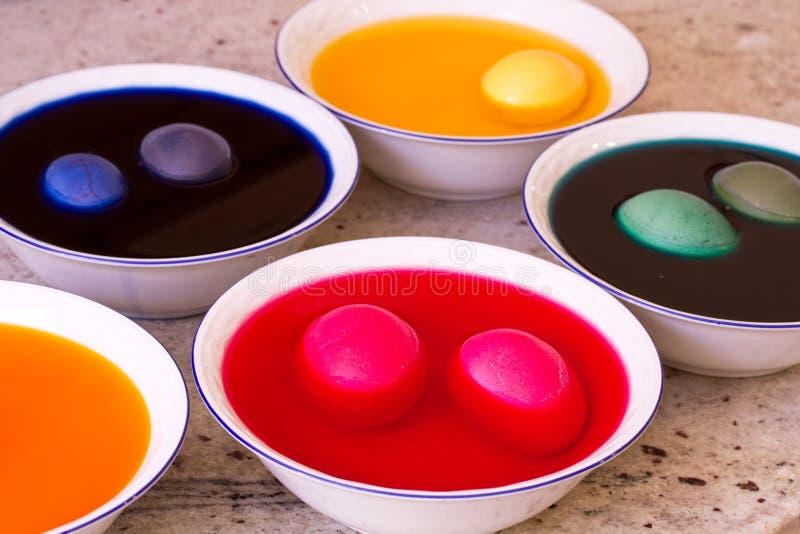 χρωματίζοντας αυγά Πάσχα&sigmaf στοκ φωτογραφίες