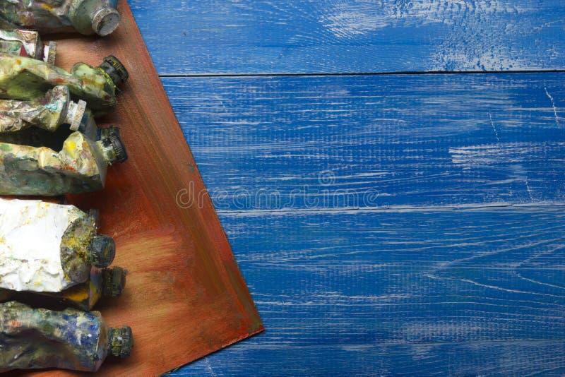 Χρωματίζοντας βούρτσες χρωμάτων παλετών και καλλιτεχνών χρώματος εργαλείων στο αφηρημένο καλλιτεχνικό υπόβαθρο στοκ φωτογραφία με δικαίωμα ελεύθερης χρήσης