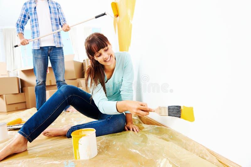 Χρωματίζοντας νέο σπίτι στοκ εικόνα με δικαίωμα ελεύθερης χρήσης