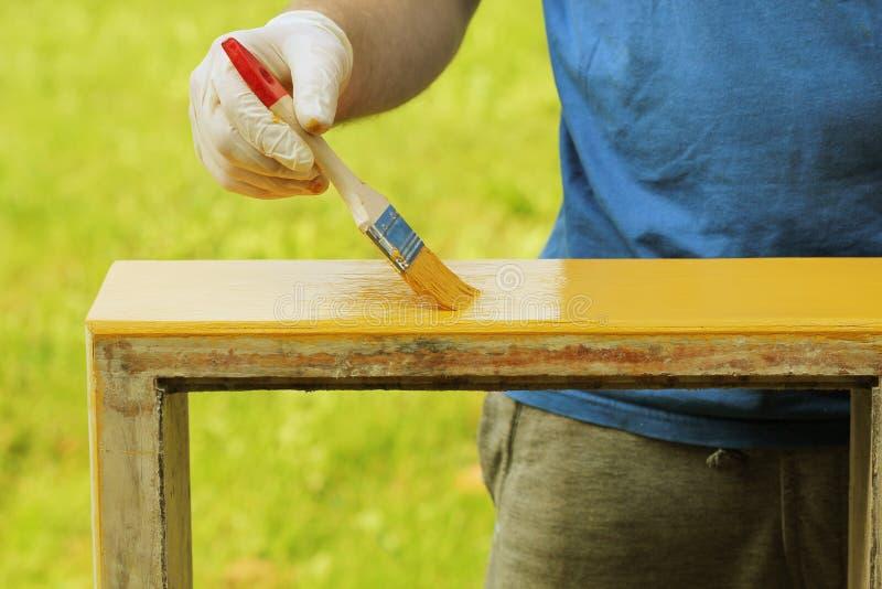 Χρωματίζοντας ξύλινα έπιπλα στοκ φωτογραφία με δικαίωμα ελεύθερης χρήσης