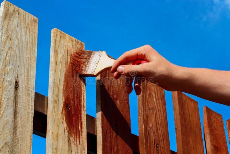 Χρωματίζοντας ξύλινος φράκτης στοκ φωτογραφία με δικαίωμα ελεύθερης χρήσης