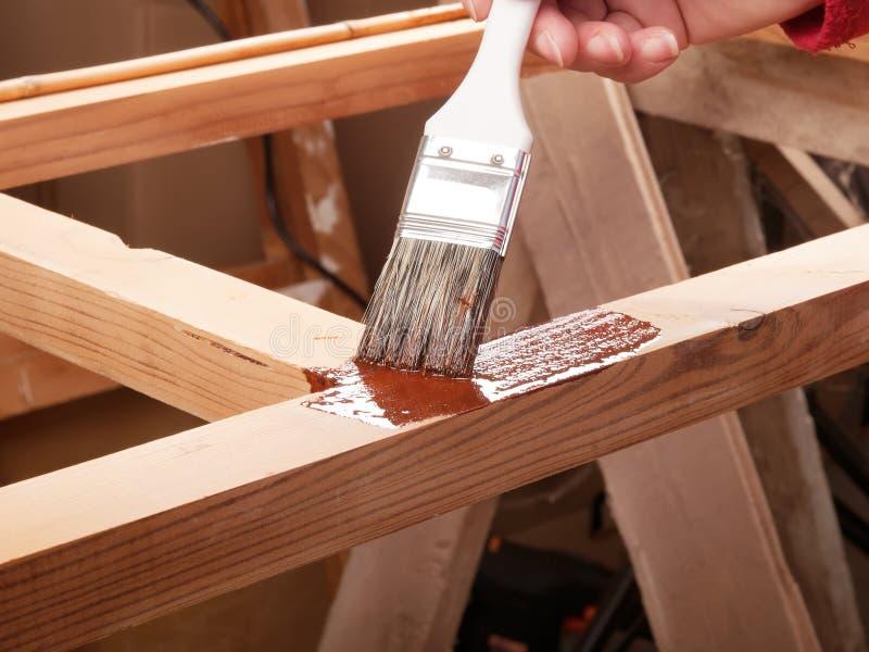 Χρωματίζοντας ξύλινο ράφι στοκ φωτογραφίες
