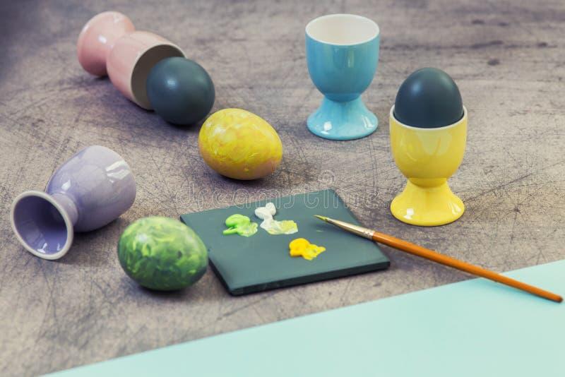 Χρωματίζοντας τα αυγά Πάσχας υπό εξέλιξη στοκ εικόνα με δικαίωμα ελεύθερης χρήσης