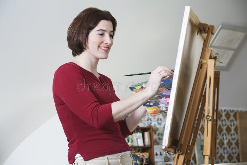χρωματίζοντας χαμογελώντας νεολαίες γυναικών στοκ φωτογραφίες