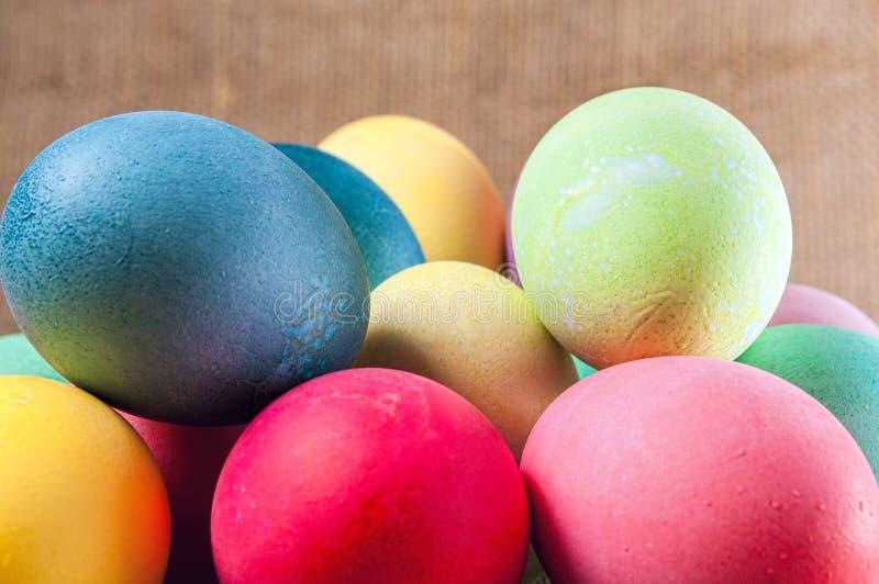 Χρωματισμένα αυγά Πάσχας, σωρός, που συσσωρεύεται στοκ εικόνες
