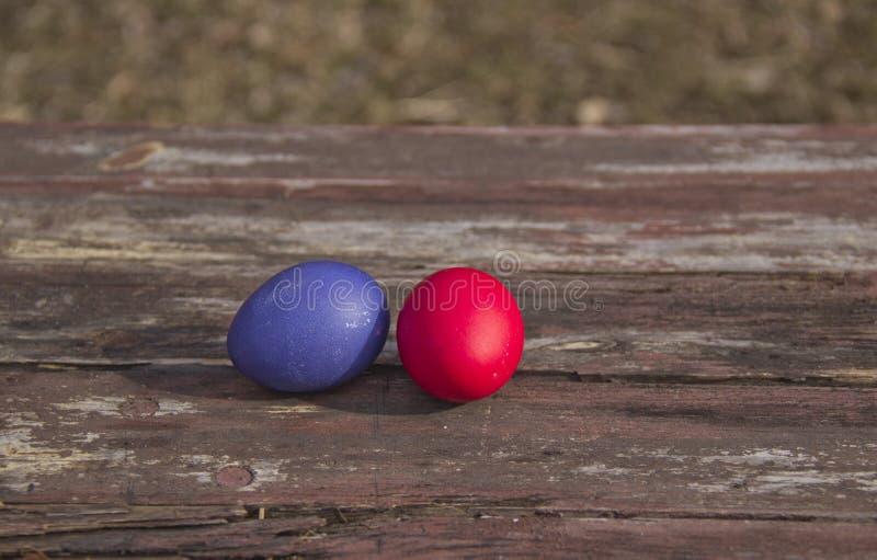 Χρωματισμένα αυγά σε έναν ξύλινο πίνακα στοκ φωτογραφίες