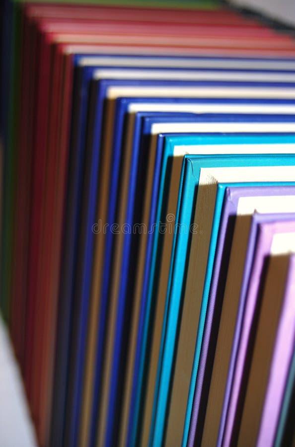 Χρωματισμένα βιβλία στην τακτοποιημένη σειρά στοκ εικόνες με δικαίωμα ελεύθερης χρήσης