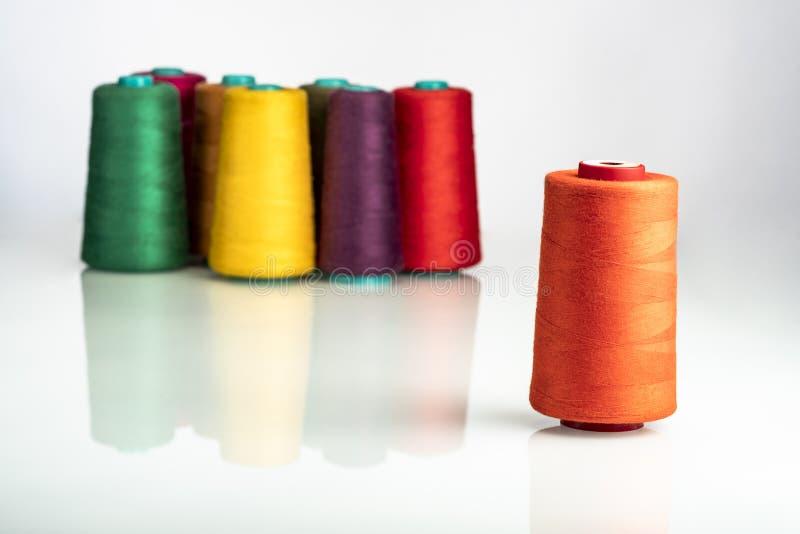 Χρωματισμένα βιομηχανικά στροφία που τακτοποιούνται στο άσπρο υπόβαθρο στοκ εικόνα
