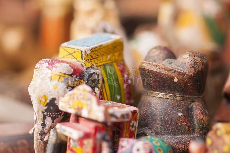 Χρωματισμένα ειδώλια ελεφάντων και βατράχων για την πώληση ως ινδικά αναμνηστικά στοκ φωτογραφία