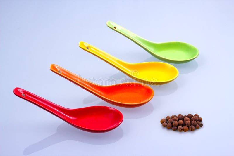 Χρωματισμένα κουτάλια στοκ φωτογραφία με δικαίωμα ελεύθερης χρήσης