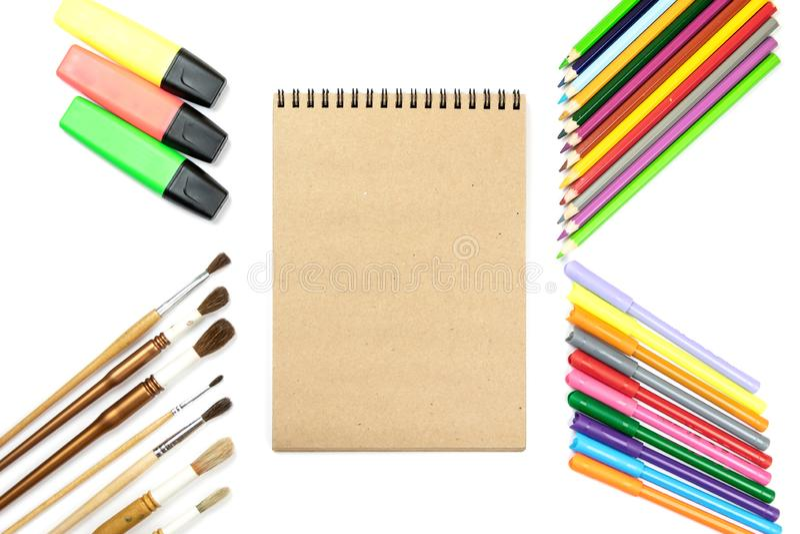 Χρωματισμένα μολύβια, βούρτσες, χλεύη σημειωματάριων επάνω για το έργο τέχνης με τα χρώματα watercolor στοκ φωτογραφία με δικαίωμα ελεύθερης χρήσης
