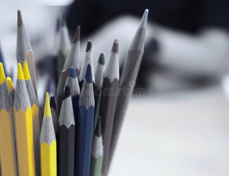 Χρωματισμένα μολύβια σε ένα δοχείο στοκ φωτογραφία με δικαίωμα ελεύθερης χρήσης