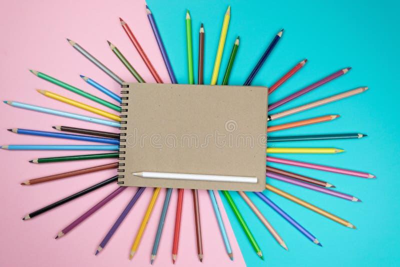 Χρωματισμένα μολύβια, χλεύη σημειωματάριων επάνω για το έργο τέχνης στοκ φωτογραφία με δικαίωμα ελεύθερης χρήσης