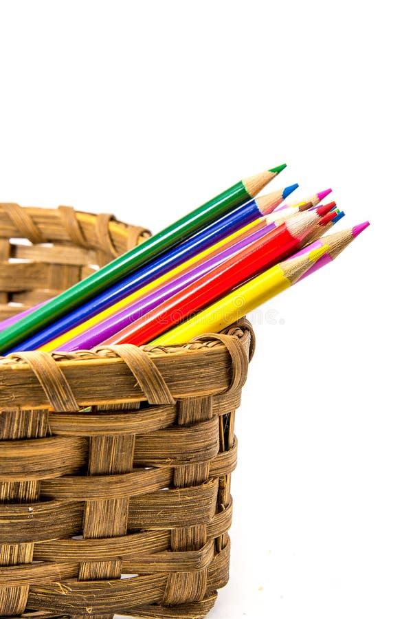 Χρωματισμένα μολύβια στο υφαμένο καλάθι στοκ φωτογραφία με δικαίωμα ελεύθερης χρήσης