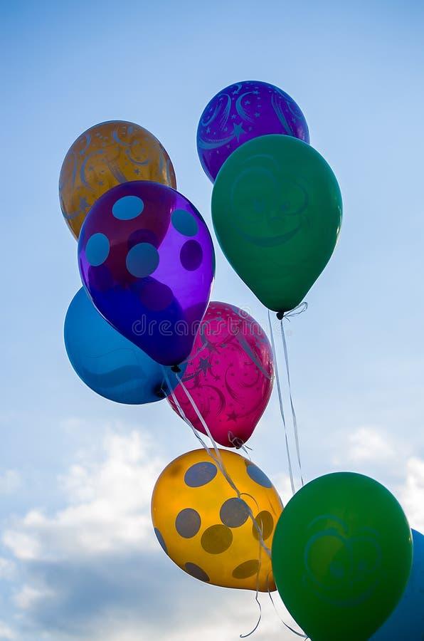Χρωματισμένα μπαλόνια ενάντια στον ουρανό στοκ εικόνες