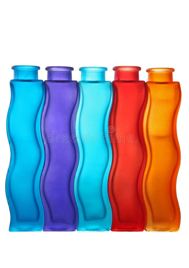 Χρωματισμένα μπουκάλια γυαλιού που απομονώνονται στοκ φωτογραφίες