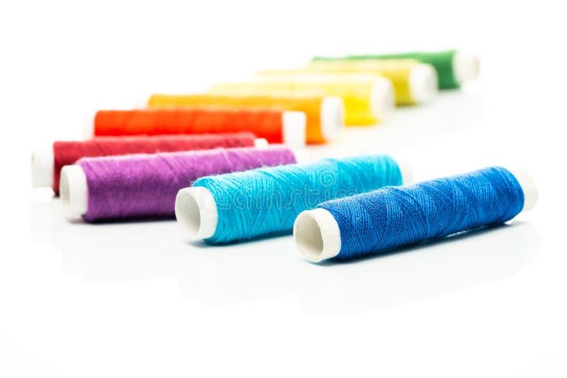 Χρωματισμένα νήματα στα στροφία στοκ εικόνα με δικαίωμα ελεύθερης χρήσης
