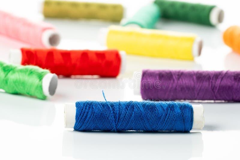 Χρωματισμένα νήματα στα στροφία στοκ φωτογραφία με δικαίωμα ελεύθερης χρήσης