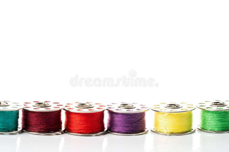 Χρωματισμένα νήματα στα στροφία στοκ εικόνες