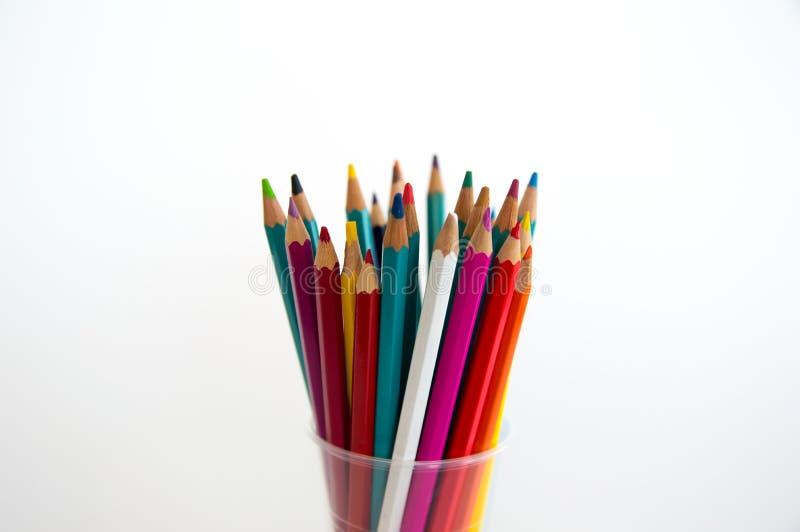 Χρωματισμένα ξύλινα μολύβια για το σχέδιο σε μια στάση γυαλιού σε ένα άσπρο υπόβαθρο Πολύχρωμα μολύβια παιδιών για το σχέδιο στοκ φωτογραφία με δικαίωμα ελεύθερης χρήσης