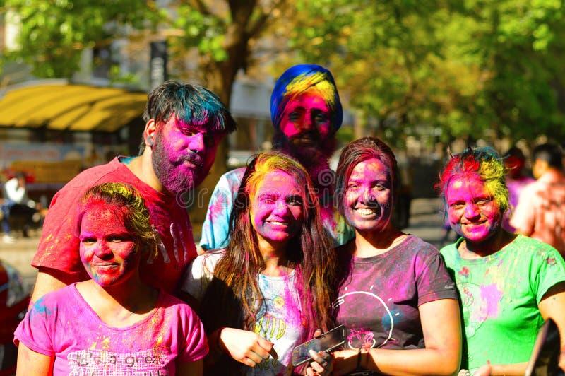 Χρωματισμένα πρόσωπα κατά τη διάρκεια του εορτασμού holi κοντά σε Pune στοκ εικόνες