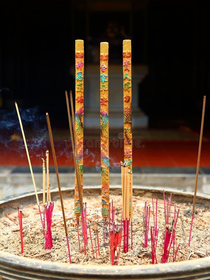 Χρωματισμένα ραβδιά θυμιάματος στοκ φωτογραφία