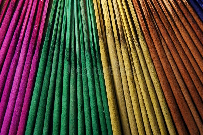 χρωματισμένα ραβδιά θυμιάμ&al στοκ εικόνες