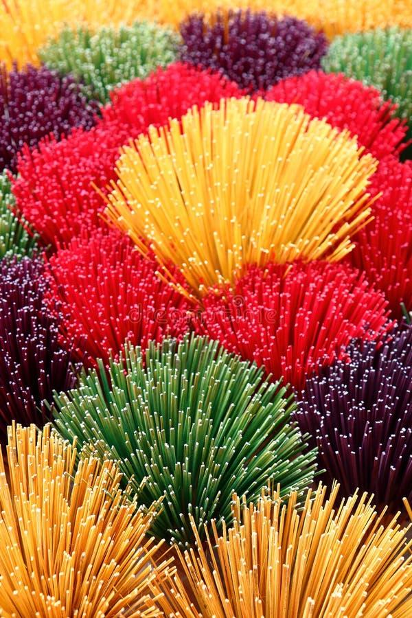 χρωματισμένα ραβδιά θυμιάμ&al στοκ φωτογραφίες