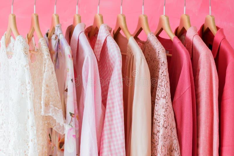 Χρωματισμένα ροζ ενδύματα γυναικών στοκ εικόνα με δικαίωμα ελεύθερης χρήσης