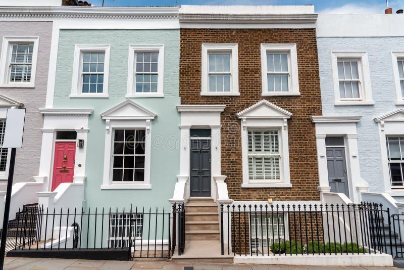 Χρωματισμένα σπίτια σειρών στοκ εικόνες