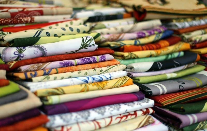 Χρωματισμένα τραπεζομάντιλα υφασμάτων για την πώληση στην πόλης αγορά στοκ εικόνες