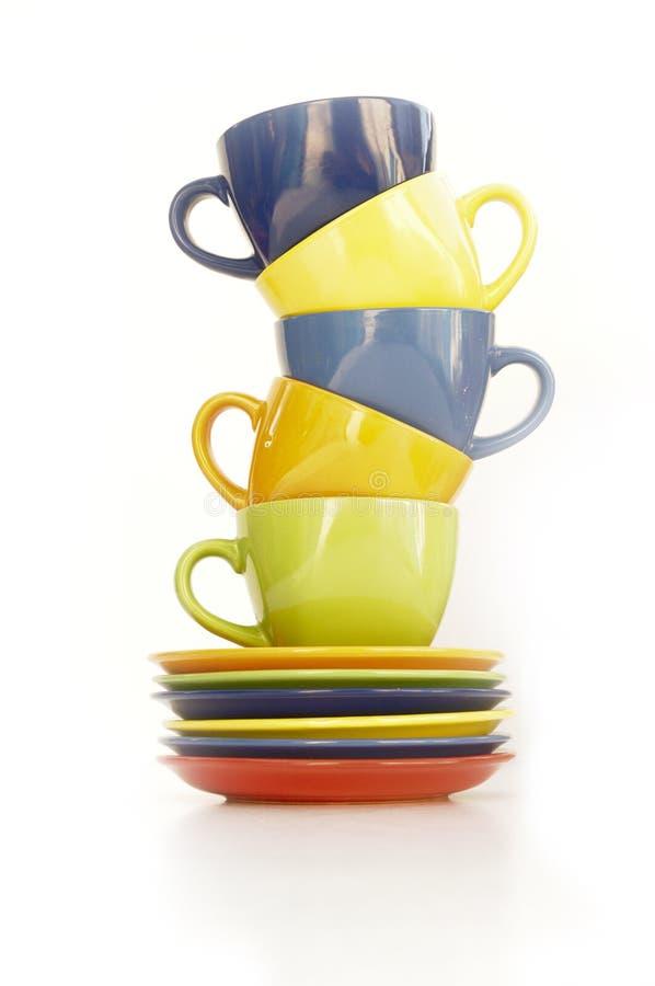 Χρωματισμένα φλυτζάνια και πιάτα στοκ φωτογραφία με δικαίωμα ελεύθερης χρήσης