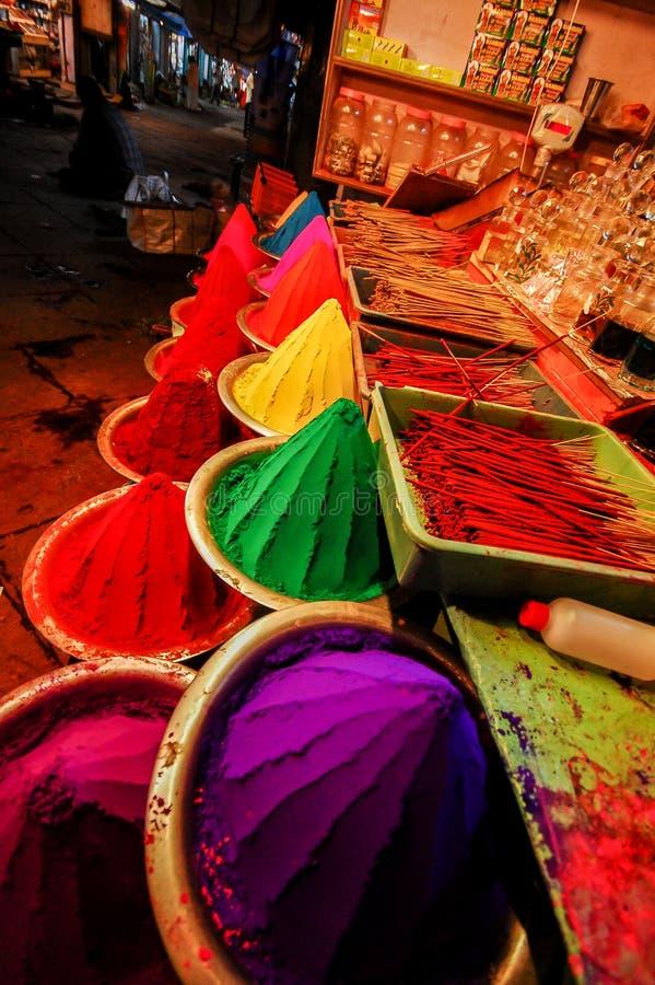 Χρωματισμένα χρωστικές ουσίες και ραβδιά θυμιάματος στοκ φωτογραφία με δικαίωμα ελεύθερης χρήσης