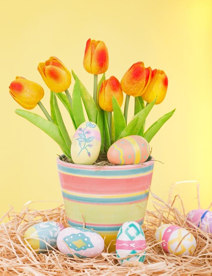 Χρωματισμένες αυγά Πάσχας και τουλίπες στοκ εικόνα με δικαίωμα ελεύθερης χρήσης