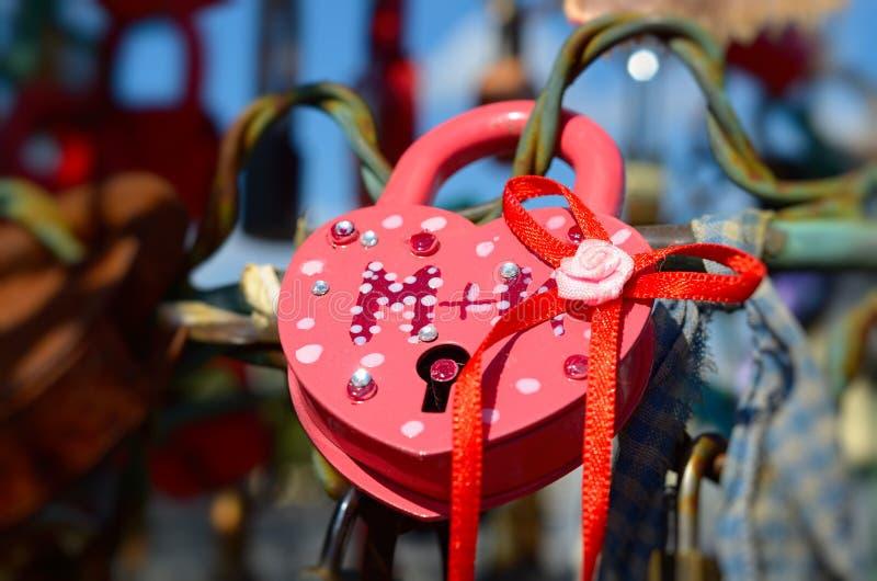 Χρωματισμένες γαμήλιες κλειδαριές στοκ φωτογραφία με δικαίωμα ελεύθερης χρήσης