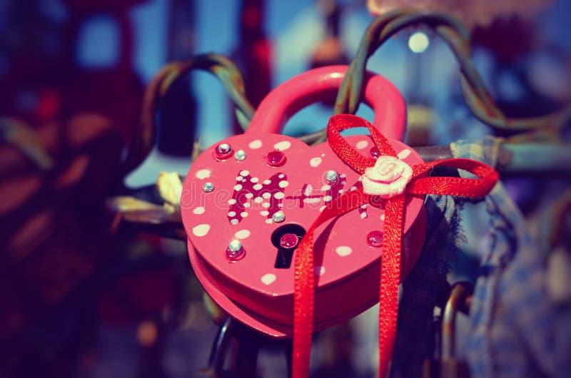 Χρωματισμένες γαμήλιες κλειδαριές στοκ εικόνα