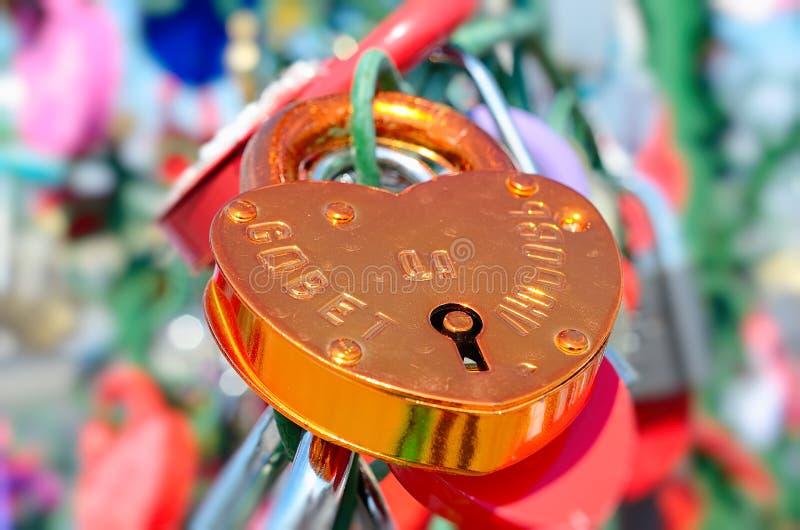Χρωματισμένες γαμήλιες κλειδαριές στοκ εικόνες