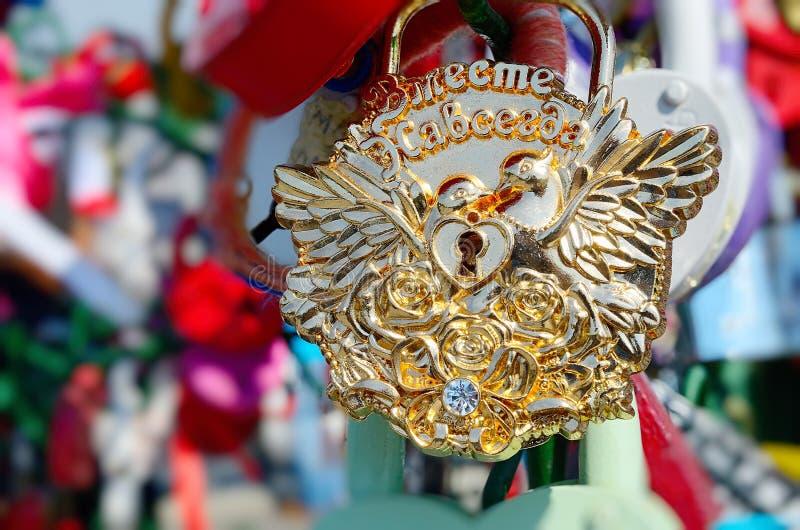 Χρωματισμένες γαμήλιες κλειδαριές στοκ φωτογραφία