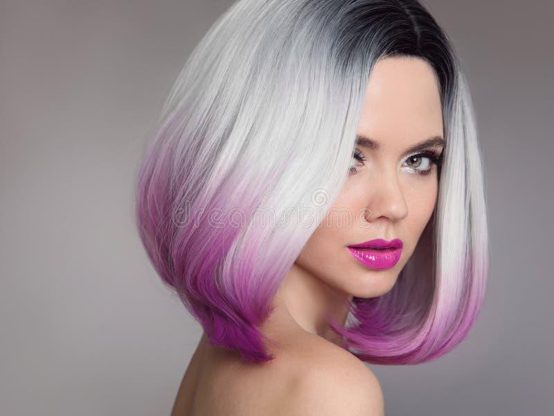 Χρωματισμένες επεκτάσεις τρίχας Ombre Πρότυπο κορίτσι ομορφιάς ξανθό με το sho στοκ εικόνες