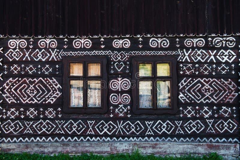 Χρωματισμένες διακοσμήσεις στον τοίχο του σπιτιού κούτσουρων σε Cicmany, Σλοβακία στοκ εικόνες