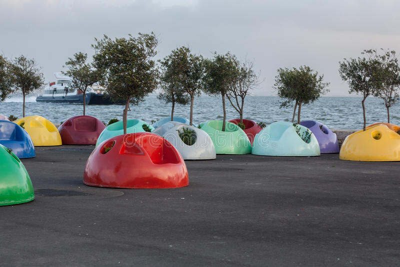 Χρωματισμένες καρέκλες κοντά στον ποταμό Tagus στοκ εικόνες