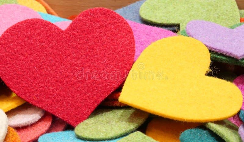Χρωματισμένες καρδιές φιαγμένες από αισθητός υλικός στοκ φωτογραφία με δικαίωμα ελεύθερης χρήσης