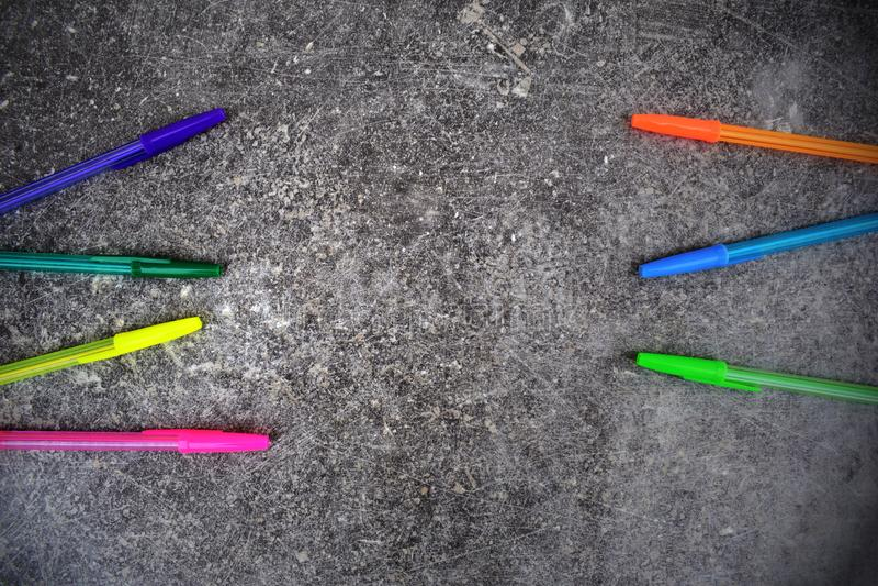Χρωματισμένες μάνδρες στο σκοτεινό γκρίζο υπόβαθρο grunge στοκ φωτογραφία