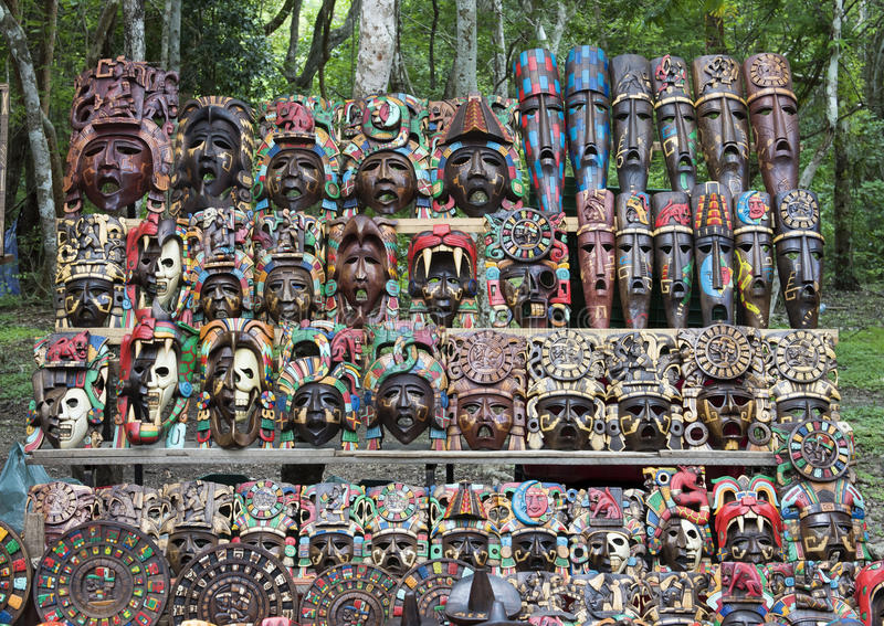Χρωματισμένες ξύλινες των Μάγια μάσκες για την πώληση σε Chichen Itza στοκ εικόνες