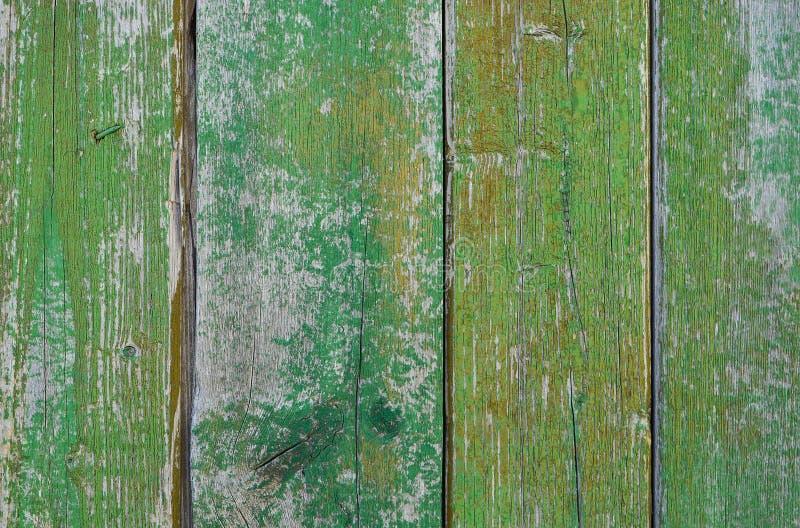 Χρωματισμένες ξύλινες σανίδες με το ραγισμένο πράσινο χρώμα στοκ εικόνα