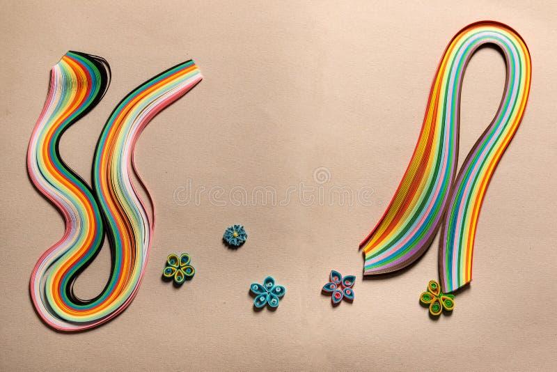 Χρωματισμένες, πολύχρωμες ειδικές λουρίδες εγγράφου για στο χαρτόνι για τα χόμπι, αριθμοί για τη διακόσμηση στοκ φωτογραφία με δικαίωμα ελεύθερης χρήσης