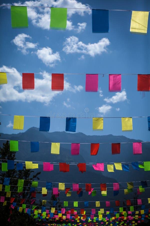 Χρωματισμένες σημαίες ενάντια στο μπλε βουνό στοκ φωτογραφία